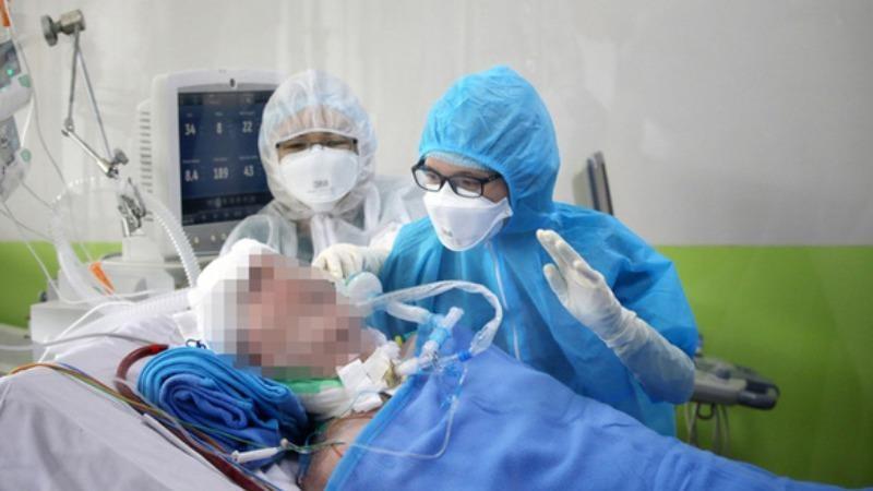 Phi công người Anh đã có thể biểu cảm khi các bác sĩ, điều dưỡng Bệnh viện Chợ Rẫy hỏi thăm.