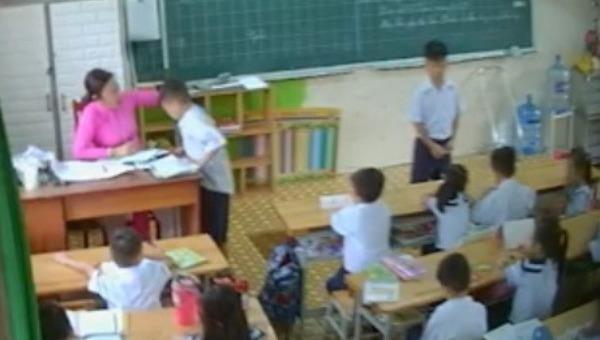 Một giáo viên đánh nhiều học sinh