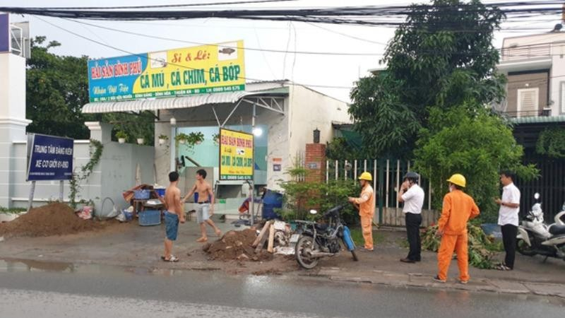Bị dây điện rơi trúng khi đứng bên đường, người đàn ông tử vong