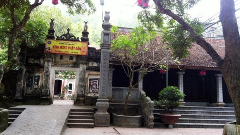 Ngôi chùa cổ kính dưới chân núi, trong những hàng cây đại thụ mát rượi. (Ảnh minh họa).