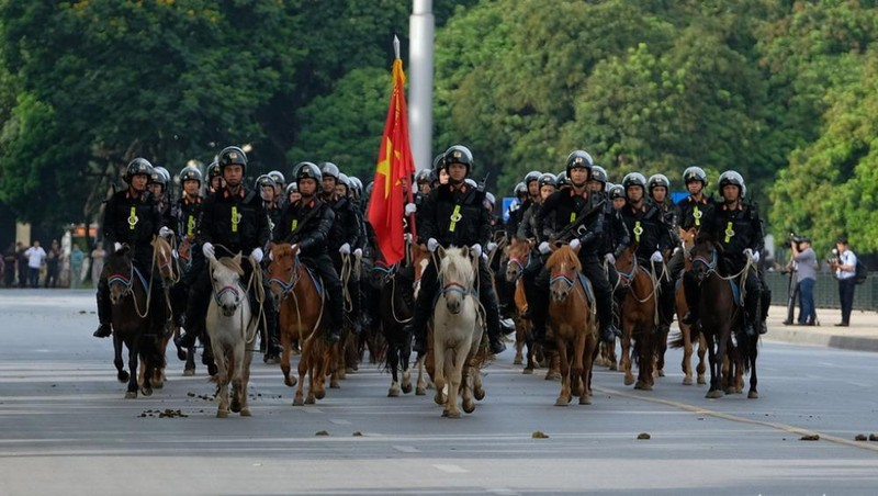 Hình ảnh Đoàn cảnh sát cơ động kỵ binh ra mắt sáng 8/6. Ảnh Tuổi trẻ.