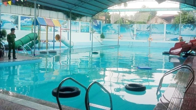 Bé gái 8 tuổi đuối nước khi đi bơi cùng mẹ