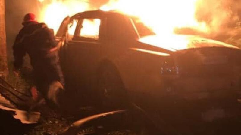 Chiếc xe sang bốc cháy dữ dội.