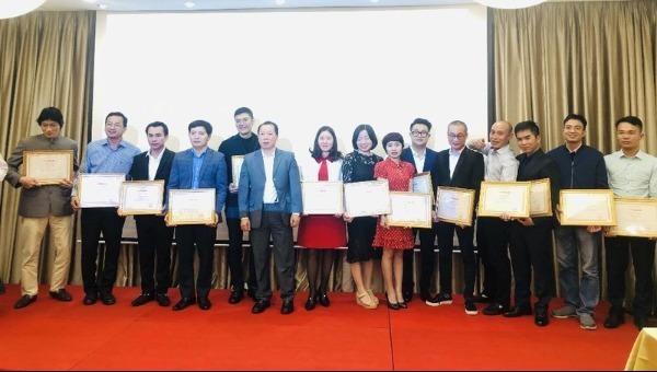 Lãnh đạo Báo Pháp luật Việt Nam cũng đã trao các danh hiệu thi đua cho các tập thể và cá nhân đã có thành tích xuất sắc trong công tác năm 2019.