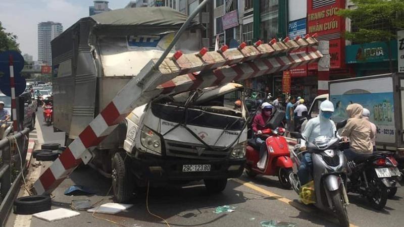 Xe tải đâm sập barie cầu vượt, tài xế may mắn thoát nạn