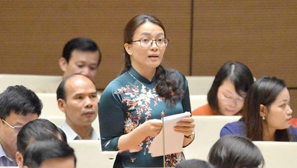 Đại biểu Hoàng Thị Thu Trang (đoàn Nghệ An) phát biểu tại phiên họp.