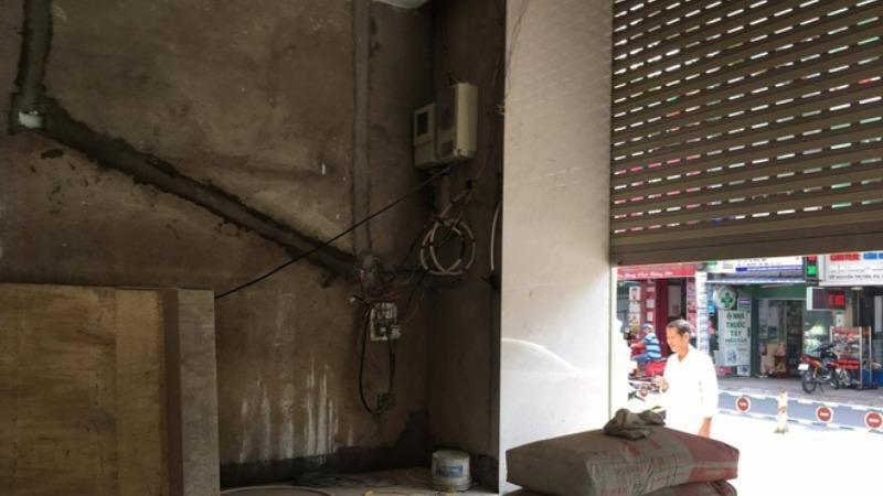 Sửa cửa cuốn, 1 người nghi bị điện giật tử vong