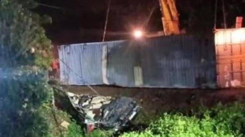 Xe container đè bẹp xe khách Limousine, 3 người tử vong