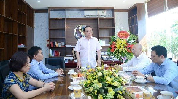 Thứ trưởng Lê Công Thành trò chuyện với cán bộ, phóng viên, biên tập viên, người lao động Báo Tài nguyên và Môi trường.