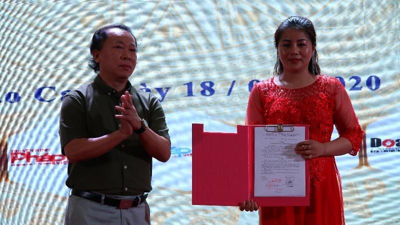TS Đào Văn Hội, Tổng Biên tập Báo PLVN, trao Quyết định giao bà Lê Ngọc Dung làm Trưởng Văn phòng đại diện Báo PLVN tại Lào Cai.