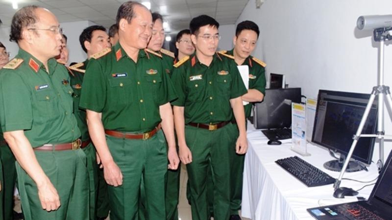 Thượng tướng Bế Xuân Trường, Ủy viên Trung ương Đảng, Thứ trưởng Bộ Quốc phòng tham quan các sản phẩm nghiên cứu khoa học của Học viện Kỹ thuật Quân sự.