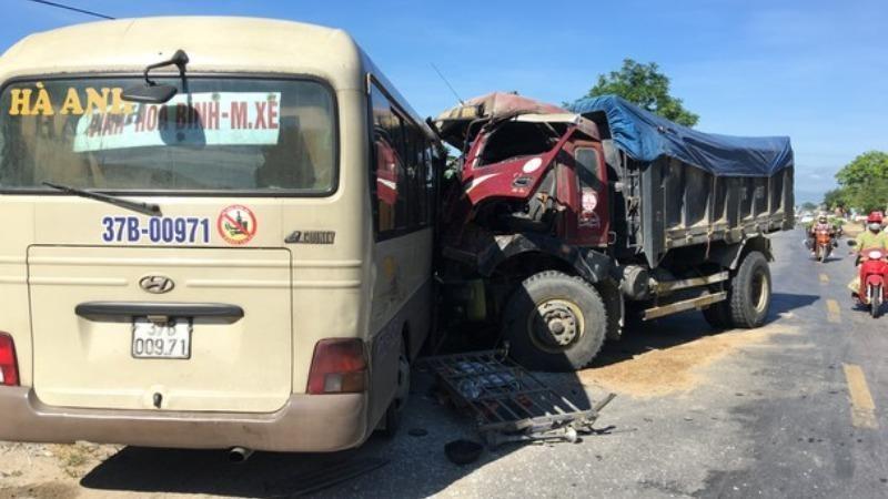 Xe tải dính chặt ô tô khách sau va chạm, 2 người bị thương nặng