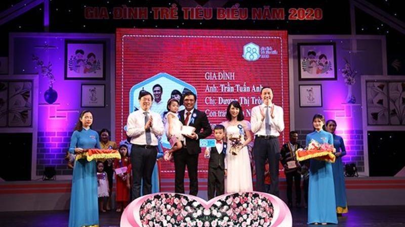 Ông Lê Quốc Phong, Ủy viên dự khuyết Trung ương Đảng, Bí thư thứ nhất Trung ương Đoàn và ông Phùng Khánh Tài, Phó Chủ tịch Ủy ban Trung ương MTTQ Việt Nam trao kỷ niệm chương cho các gia đình trẻ tiêu biểu