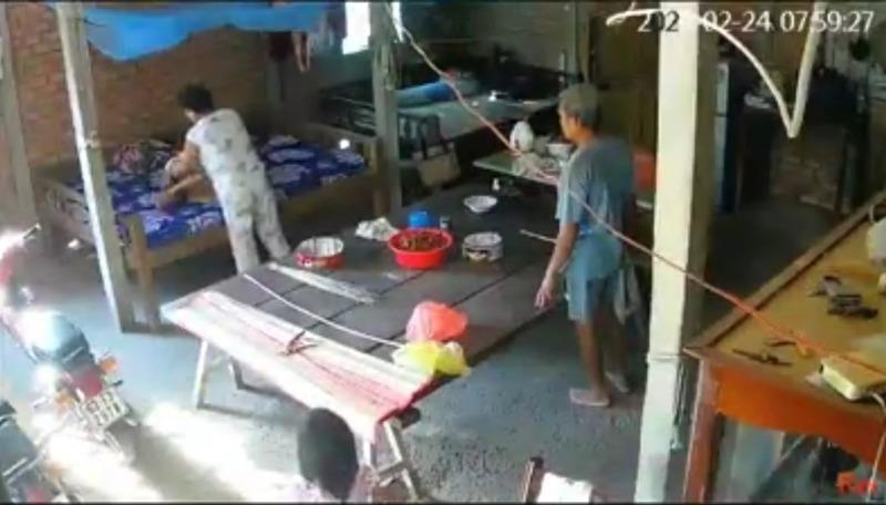 Hình ảnh trong clip hai vợ chồng con trai hành hạ mẹ già khiến dư luận bức xúc.