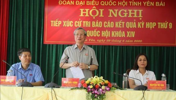 Thường trực Ban Bí thư Trần Quốc Vượng phát biểu tại hội nghị tiếp xúc cử tri.
