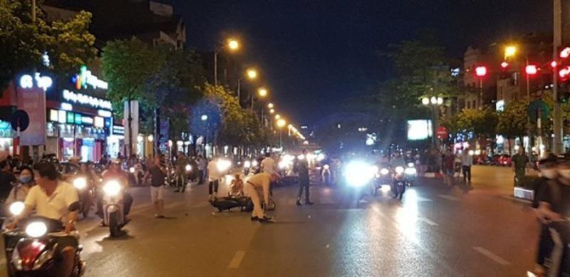 Tìm thấy ô tô 'điên' tông 7 xe máy ở Long Biên