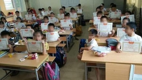 Học sinh lạc lõng vì không được giấy khen.