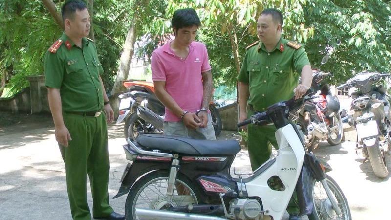 Lực lượng Công an bắt giữ đối tượng Hà Văn Duẩn. Ảnh Công an tỉnh Thanh Hóa.