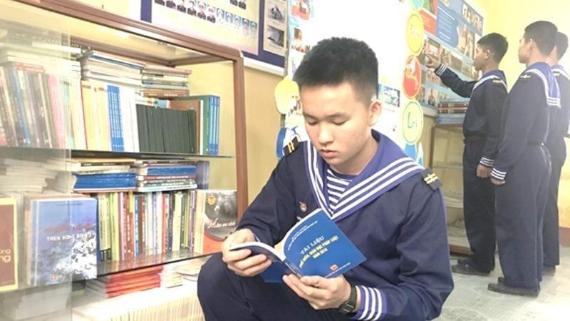 Các chiến sĩ trẻ tìm đọc sách pháp luật tại tủ sách pháp luật của Lữ đoàn 131 (Quân chủng Hải quân).
