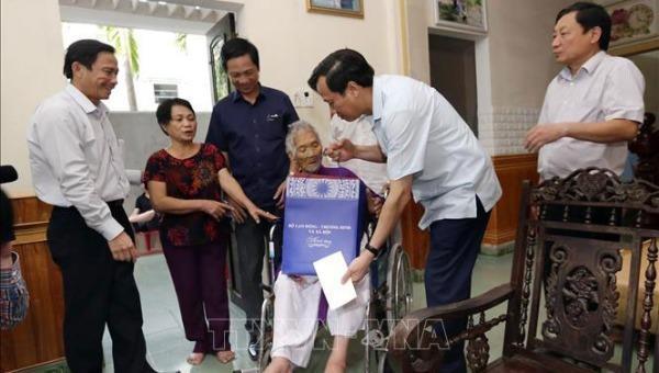 Bộ trưởng Bộ Lao động - Thương binh và Xã hội Đào Ngọc Dung thăm, tặng quà Bà mẹ Việt Nam Anh hùng tại Quảng Trị. Ảnh: TTXVN.