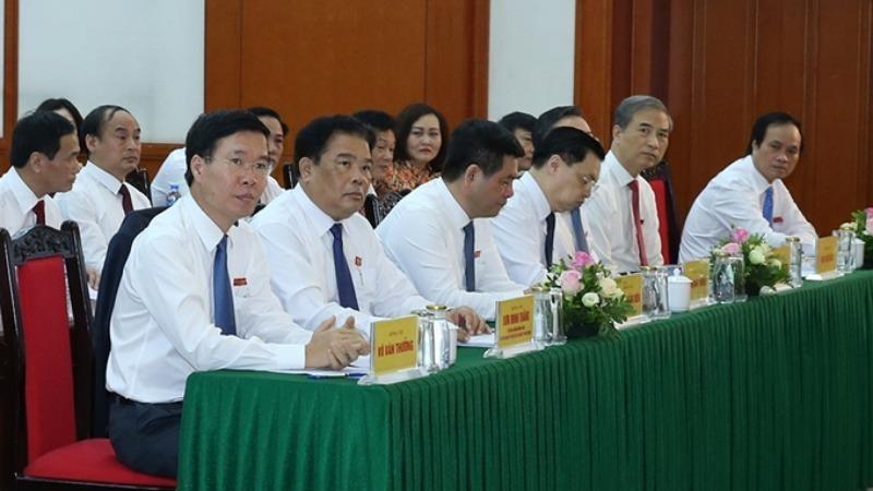 Ông Võ Văn Thưởng (người đầu tiên từ trái sang), Ủy viên Bộ Chính trị, Bí thư Trung ương Đảng, Trưởng ban Tuyên giáo Trung ương cùng các đại biểu dự Đại hội.