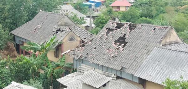 Trận động đất có độ lớn 5,3 khiến mái nhà dân ở xã Tân Lập, huyện Mộc Châu, tỉnh Sơn La bị sập. Ảnh Tuổi trẻ.