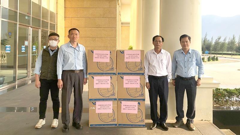 Đại diện Công ty Formosa Hà Tĩnh quyên tặng khẩu trang y tế phòng, chống Covid-19.