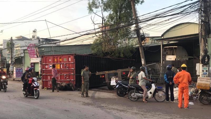 Thùng container văng khỏi xe đè chết người phụ nữ đi đường