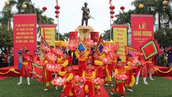 Lễ dâng hương tại tượng đài Anh hùng dân tộc Nguyễn Trung Trực. Ảnh: Báo Văn Hóa.