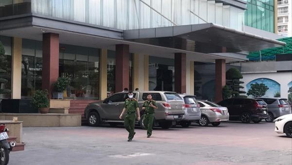Công an có mặt tại khách sạn để làm rõ vụ việc.