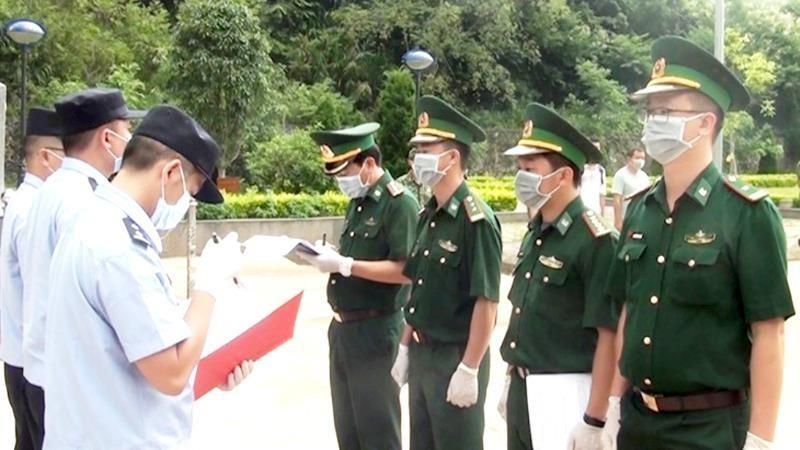 Lực lượng chức năng Việt Nam-Trung Quốc làm thủ tục trao trả 4 công dân Trung Quốc nhập cảnh trái phép vào Cao Bằng. (Ảnh: Thế Tùng)