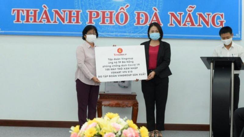 Đại diện Tập đoàn Vingroup (phải) trao tấm bảng biểu trưng tặng 100 máy thở và hỗ trợ nhân lực, thiết bị y tế để phòng chống dịch bệnh Covid-19 tại Đà Nẵng