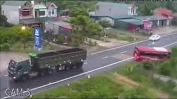 Chiếc xe khách lao xuống vệ đường sau cú vượt ẩu của xe ben.