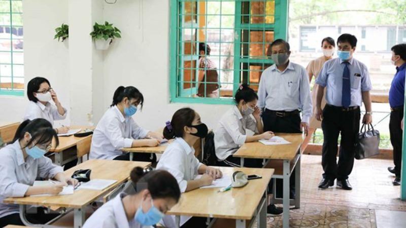 Lãnh đạo Sở GD&ĐT Hà Nội kiểm tra cơ sở vật chất tại các điểm thi. Ảnh Giáo dục và thời đại.