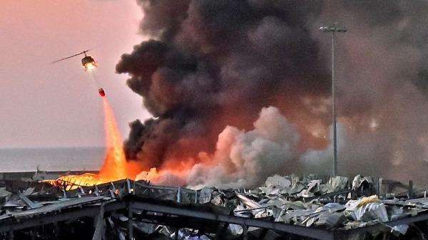 Lực lượng chức năng khắc phục hậu quả sau vụ nổ.