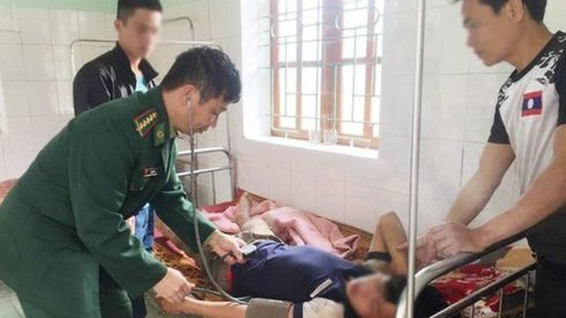 Quân y Đồn biên phòng Tri Lễ cấp cứu nạn nhân ngộ độc lá ngón.