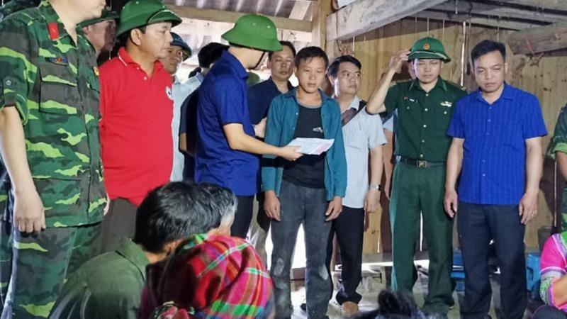 Lãnh đạo huyện Hoàng Su Phì đến động viên, hỗ trợ gia đình nạn nhân. Ảnh Vietnamnet.
