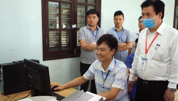Thứ trưởng Nguyễn Hữu Độ kiểm tra máy quét bài thi tại Hội đồng thi Sở GDĐT tỉnh Nam Định.