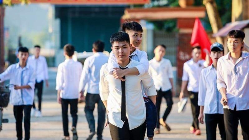Một kỳ thi lịch sử và hình đẹp- 10 năm nay, Hiếu trở thành đôi chân của Minh.Hiếu đăng ký thi vào ĐH Y Hà Nội với mong muốn chữa lành chân cho bạn…