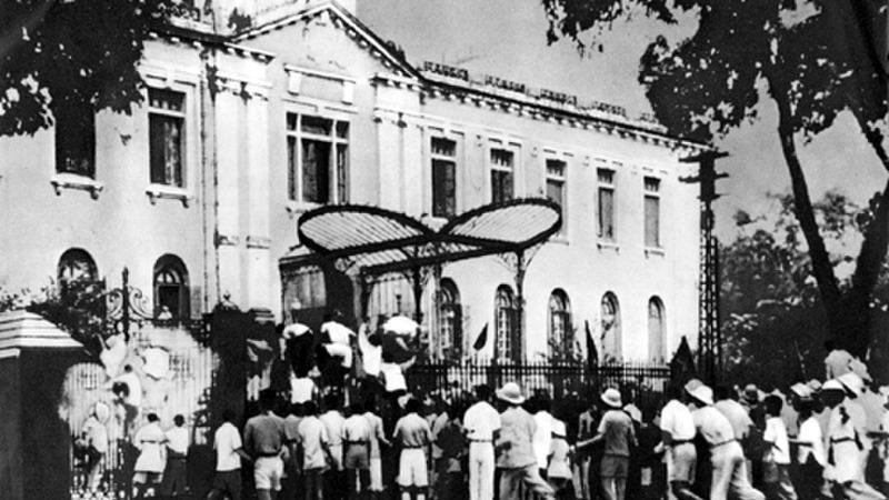 Đoàn người biểu tình ngày 19 tháng 8 năm 1945 trước cửa Phủ Khâm Sai, Hà Nội