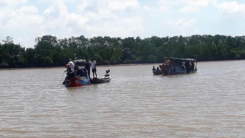 Lực lượng chức năng tìm kiếm các nạn nhân.
