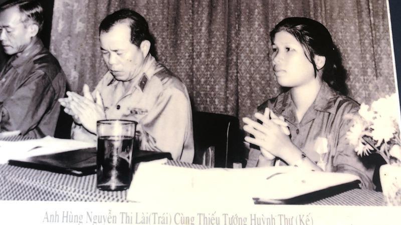 Anh hùng Nguyễn Thị Lài tham gia Chủ tịch Đoàn Đại hội tuyên dương Anh hùng các lực lượng An ninh miền Nam năm 1976