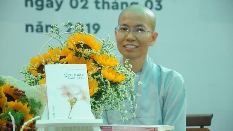 Sư cô Thích nữ Nhuận Bình tại buổi ra mắt sách Gieo mầm hạnh phúc - nguồn ảnh Giacngo online.