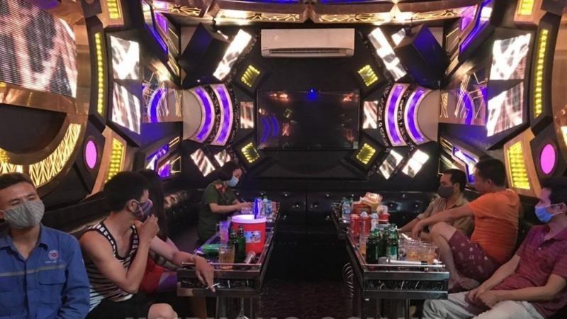 Đoàn kiểm tra lập biên bản tại quán karaoke Mai Hương, xã An Hồng (huyện An Dương). Ảnh haiphong.gov.vn.