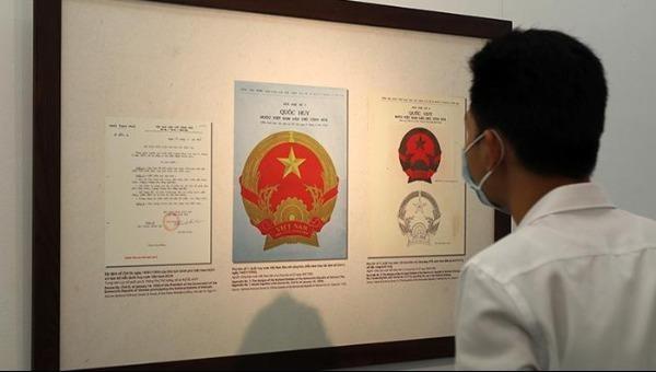 Khách tham quan tại triển lãm.