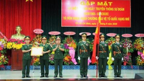Thiếu tướng Phạm Xuân Thuyết trao Huân chương Bảo vệ Tổ quốc Hạng Nhì cho Sư đoàn 9.