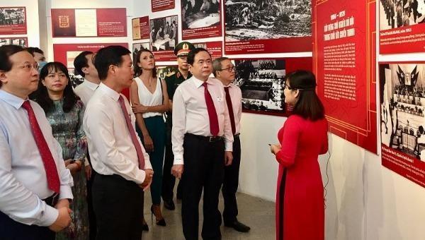 Trưởng Ban Tuyên giáo Trung ương Võ Văn Thưởng và Chủ tịch Ủy ban trung ương MTTQVN Trần Thanh Mẫn cùng các đại biểu tham quan trưng bày.
