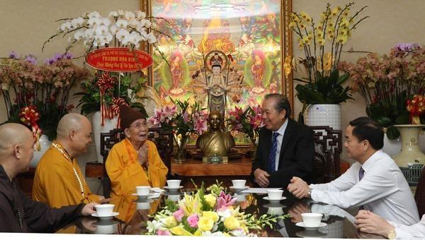 Phó Thủ tướng Thường trực Trương Hoà Bình chúc mừng Hòa thượng Thích Đức Nghiệp, Phó Pháp chủ Hội đồng Chứng minh Giáo hội Phật giáo Việt Nam.