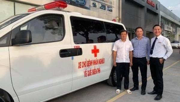 Ông Đoàn Ngọc Hải và chiếc xe cứu thương ông bỏ tiền túi mua để chở bệnh nhân nghèo về quê miễn phí.