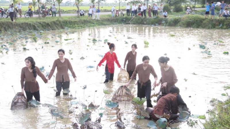 Mô hình du lịch nông nghiệp ở làng Sen đang thu hút nhiều du khách.